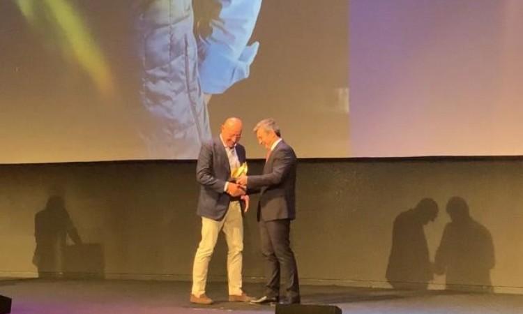 Ignacio Crespo, hace entrega del Hot Concept a Paco Quirós, empresario del año en la Gala de los Hot Concepts 2019